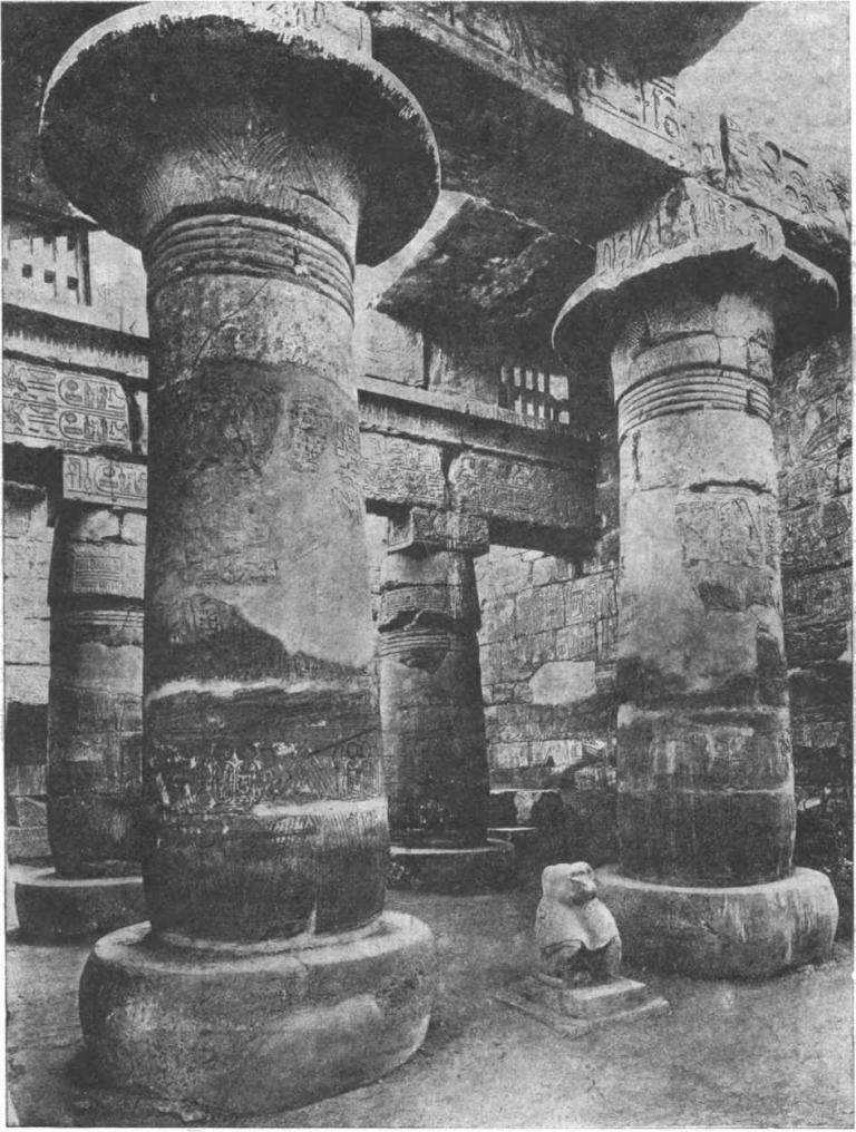 Таблица 43. Храм Хонсу в Карнаке. Гипостильный зал (на переднем плане — средние колонны зала, на заднем — боковые колонны, над которыми видна решетка окон).