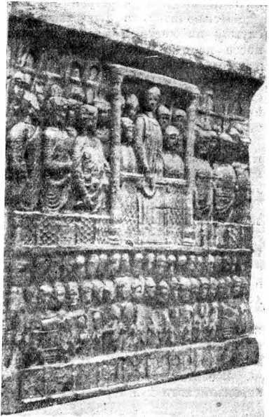 Рис. 120. Барельеф на Феодосийском обелиске в Константинополе (IV в. н. э.); общий вид.